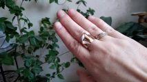 Необычный дизайн кольца сразу привлекает взор