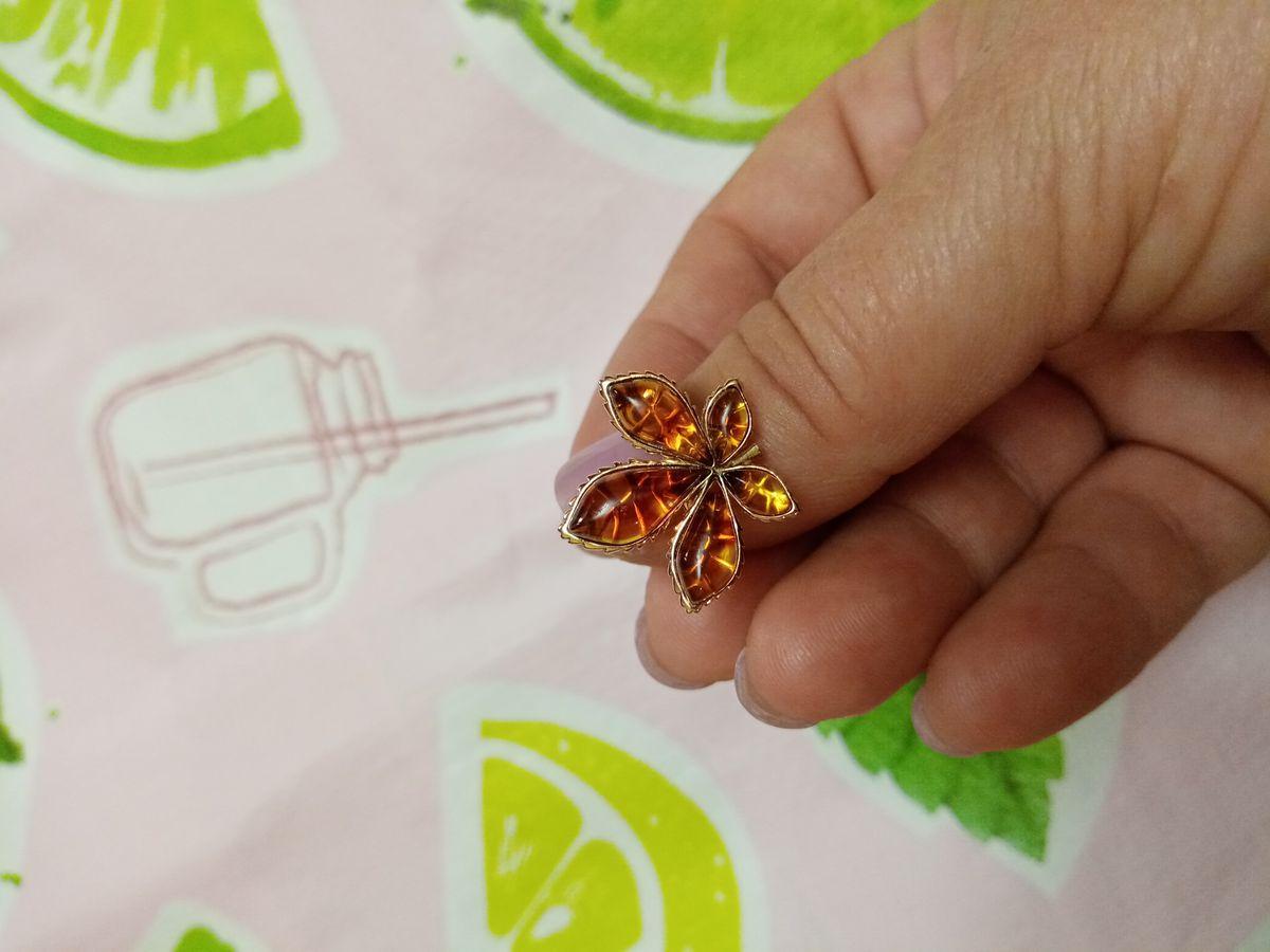 Кольцо с янтарными листьями.