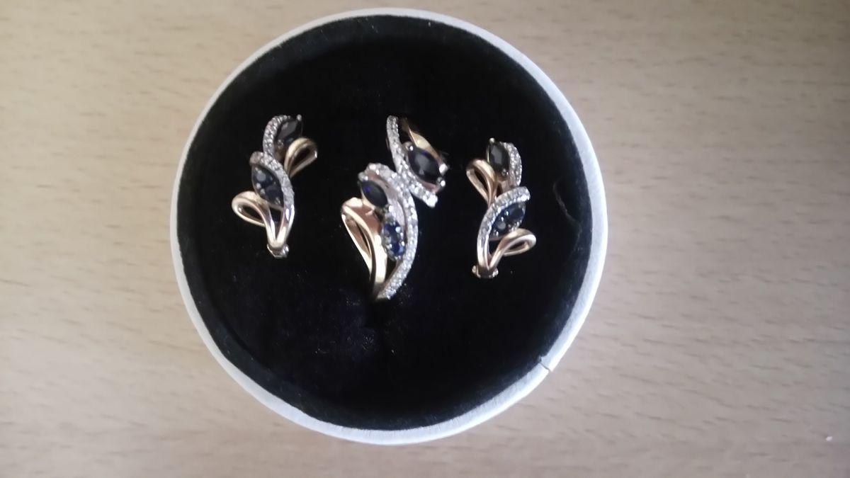 Золотое кольцо и серьги с бриллиантами и сапфирами.