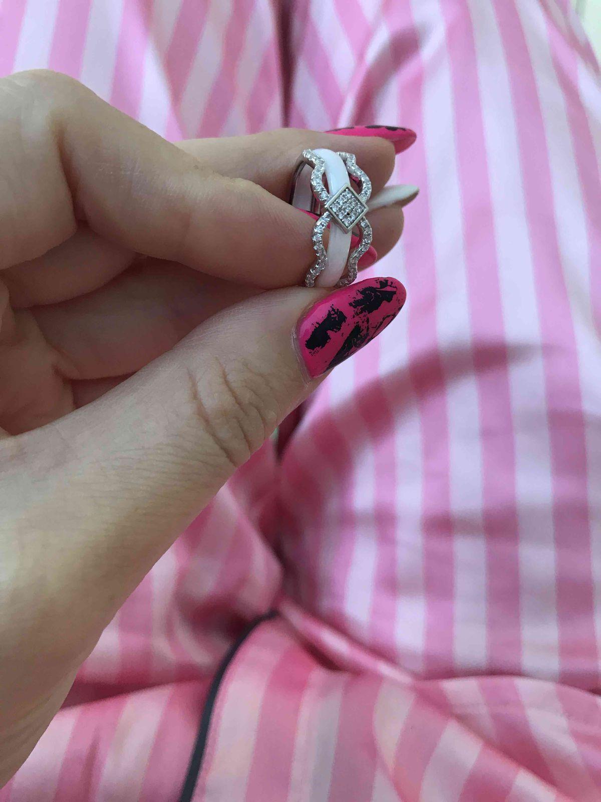 Серебрянное кольцо из белой керамики