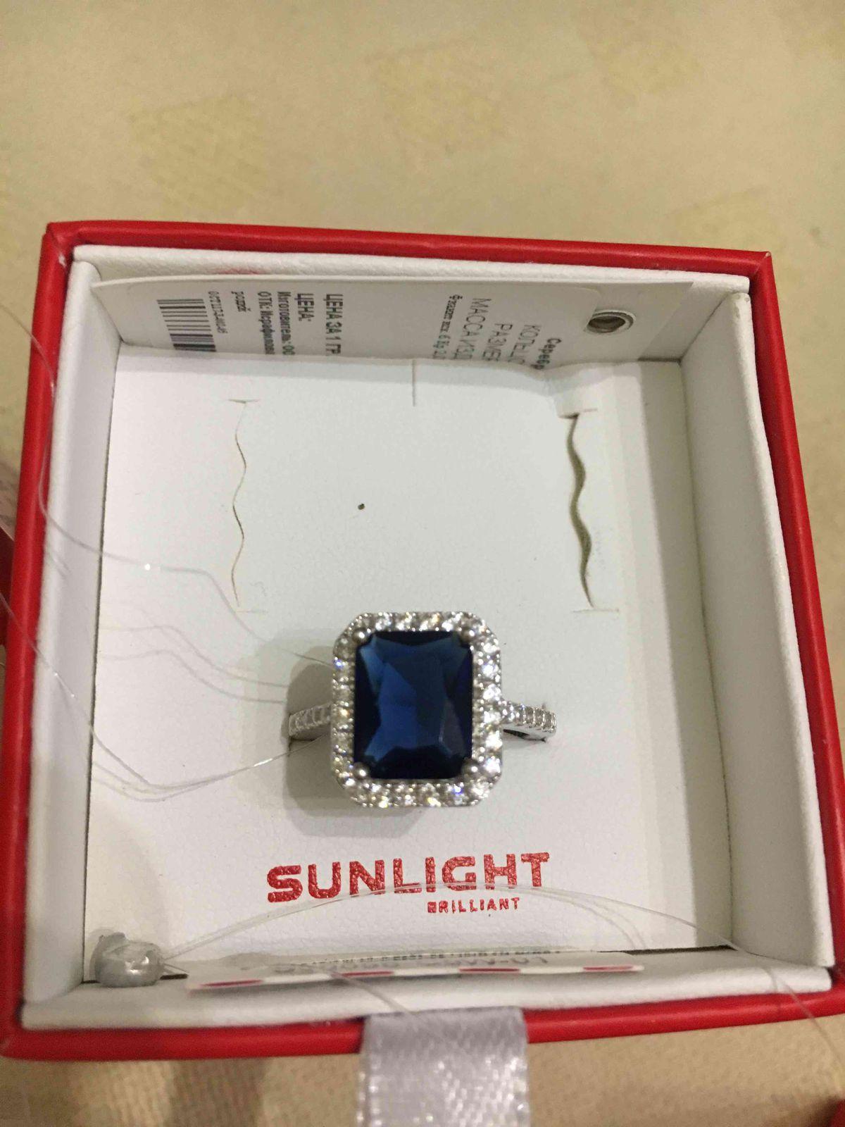 Серебряное кольцо с фианитами и синим камнем