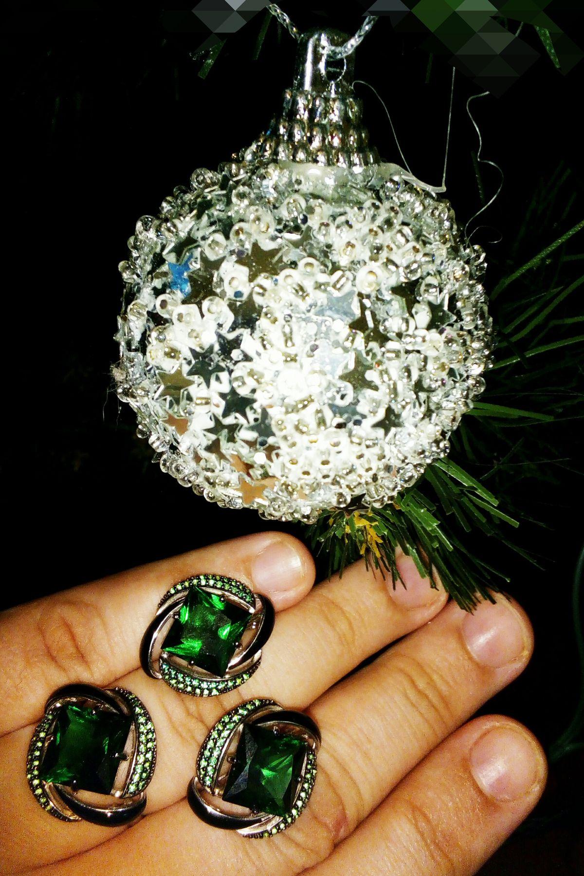 Супер красивы, яркие, большой камень травянистого оттенка, сочный