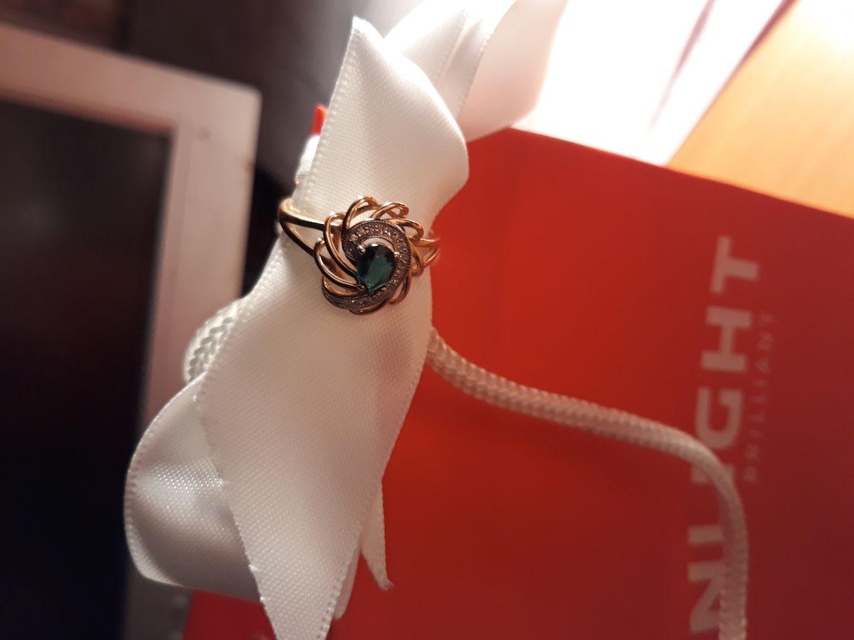 Подарок. Долгожданный и очень красивый. Очень нежное и романтичное, класс).