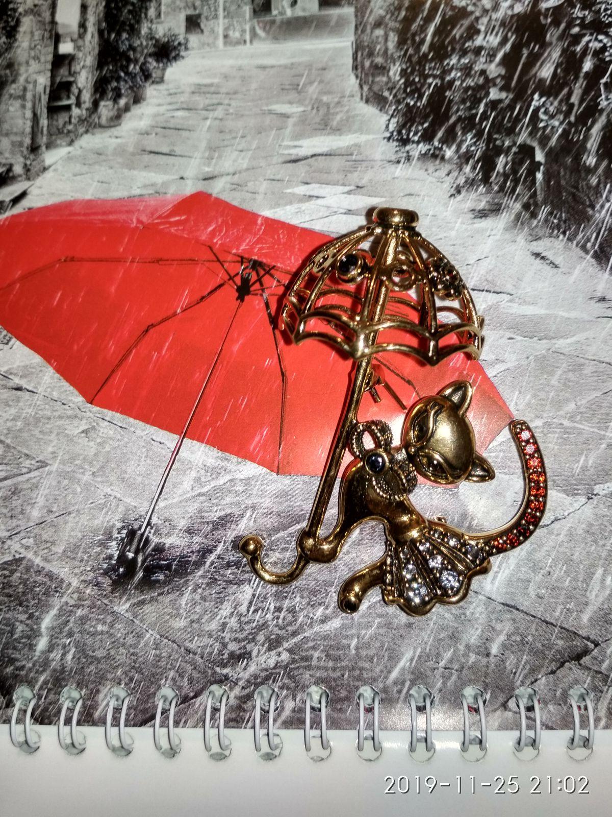 """Брошка """"Кошечка под зонтиком"""""""