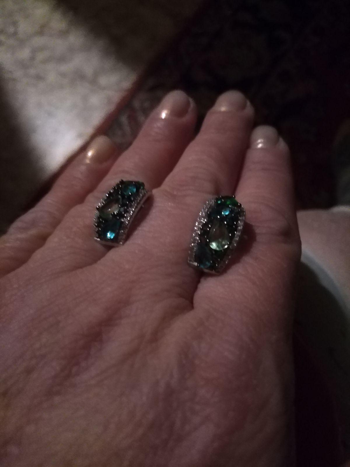 Серьги из серебра, с фианитами, разных оттенков зеленого