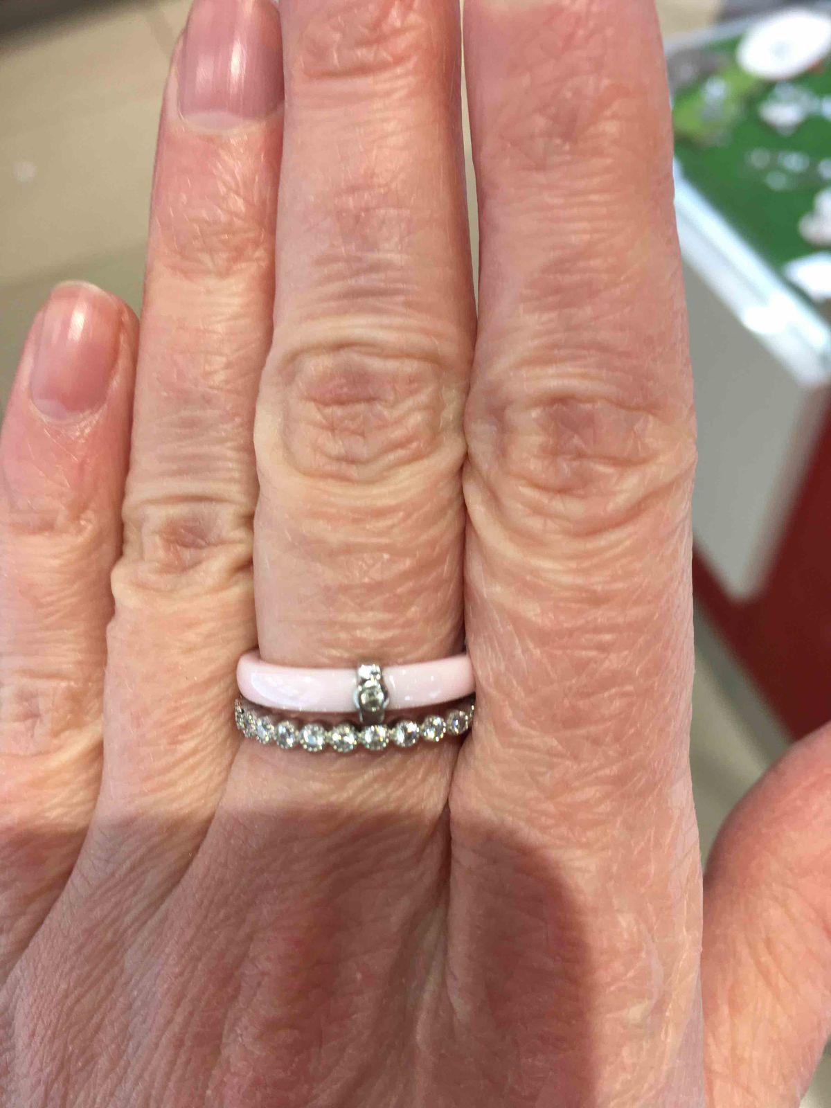 Кольцо из розовой керамики с фианитом