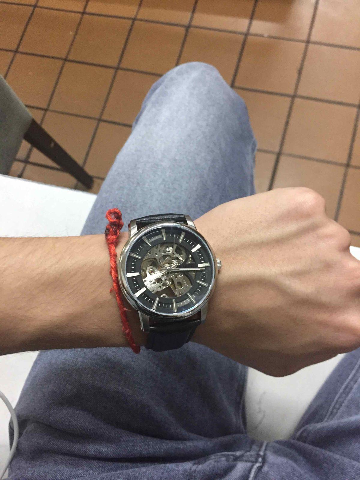 Классные часы с хорошим механизмом)