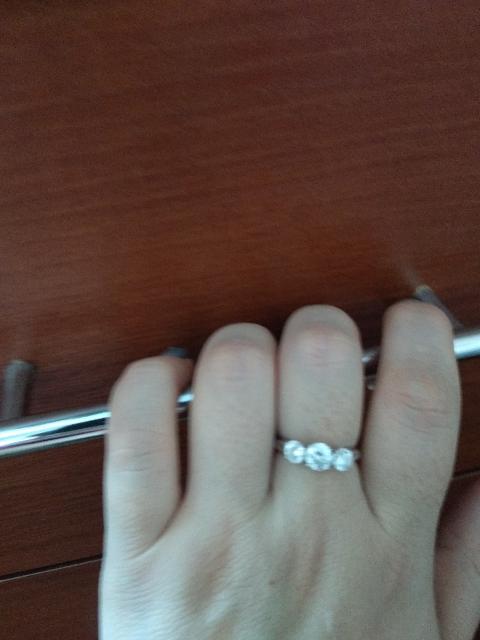 Кольцо с тремя крупными фианитами