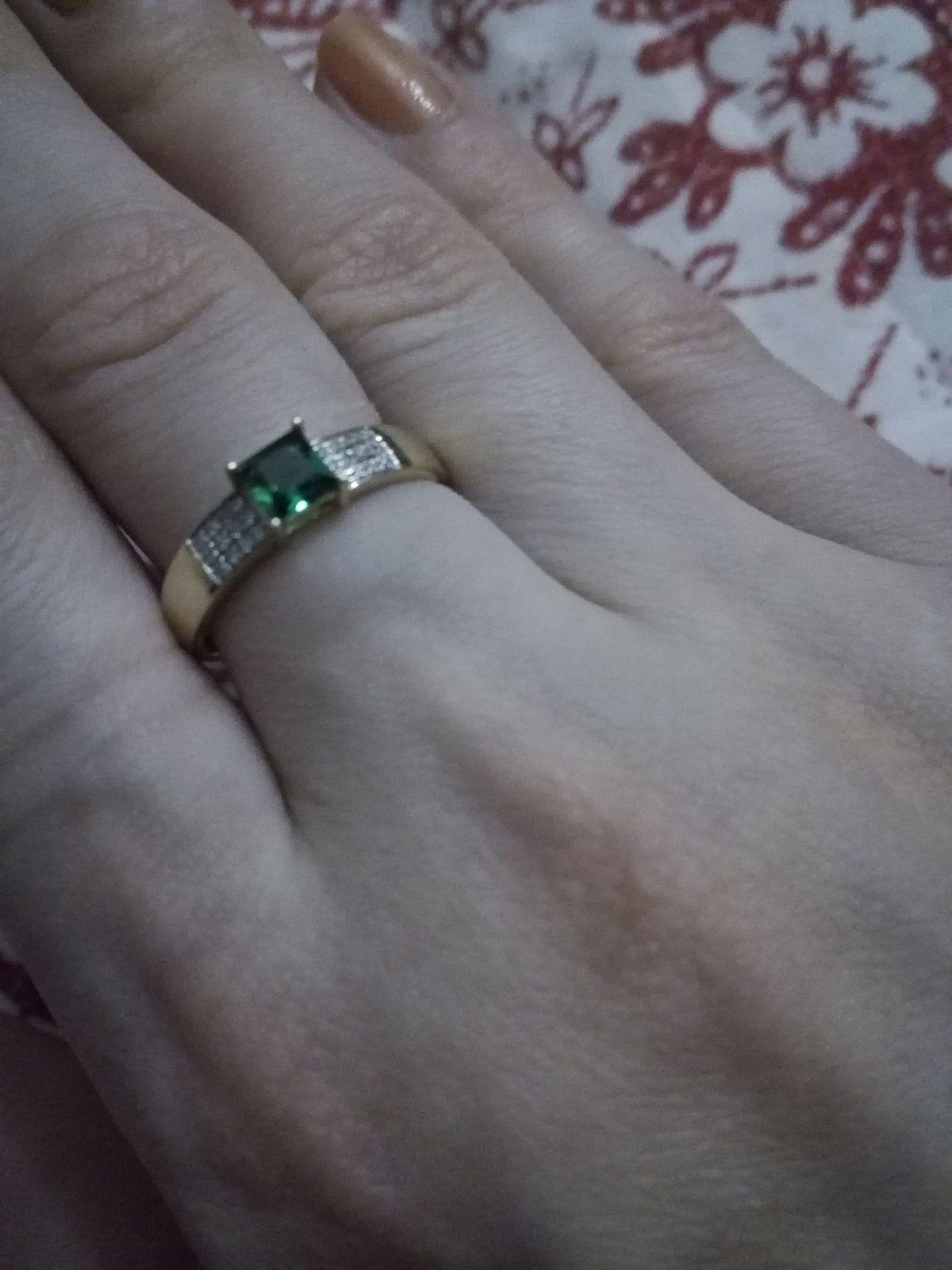 Кольцо золотое с изумрудом.