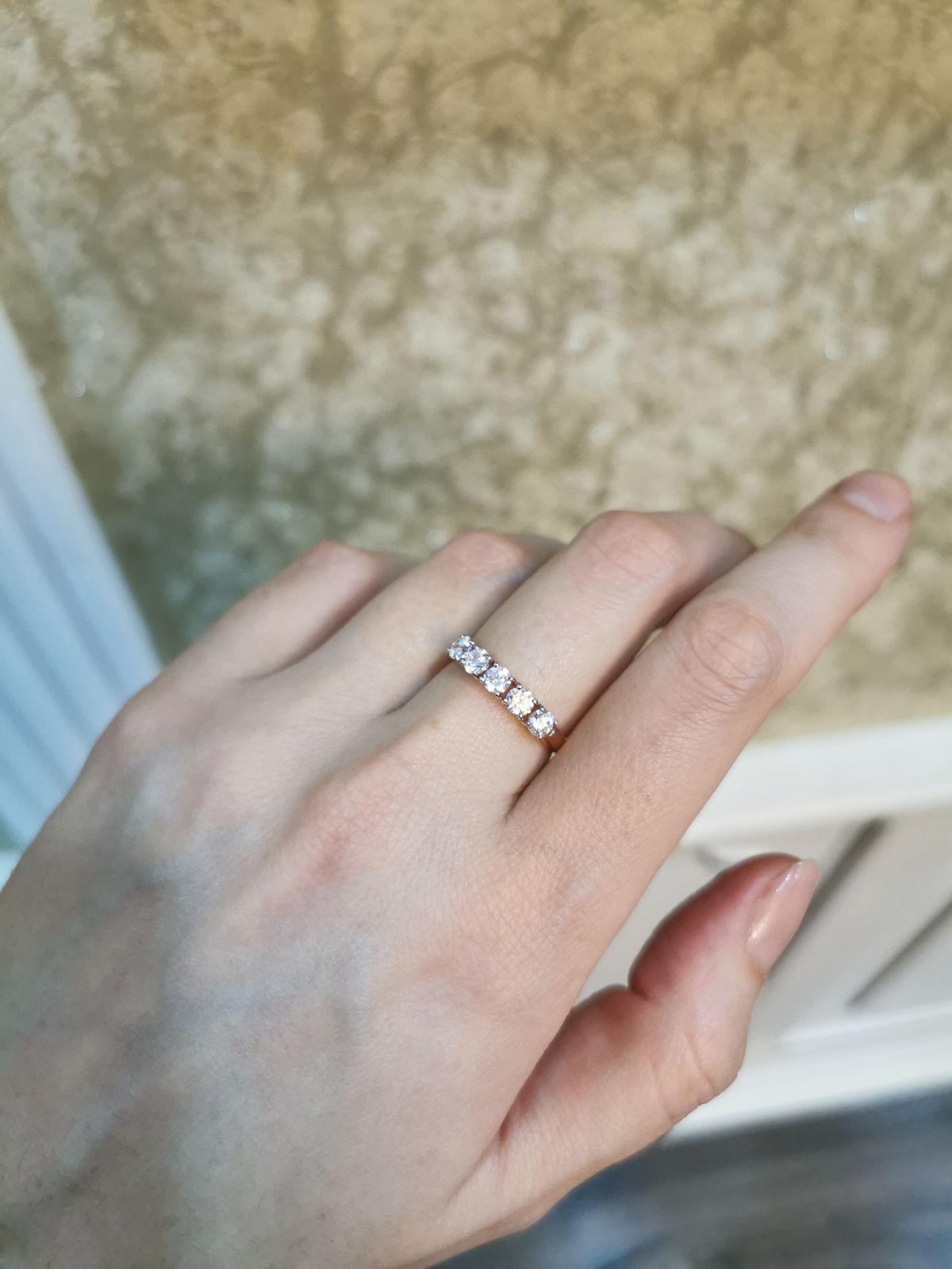 Сверкающие камни этого кольца завораживают взгляд