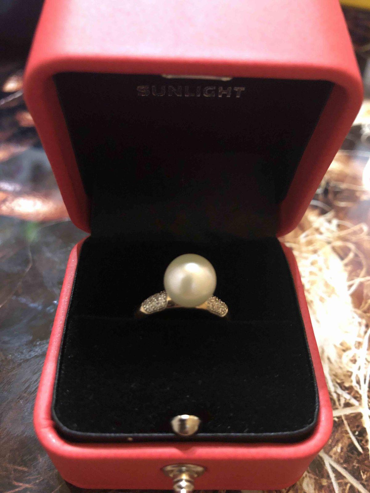 Подобрала кольцо к жемчужным сережкам.