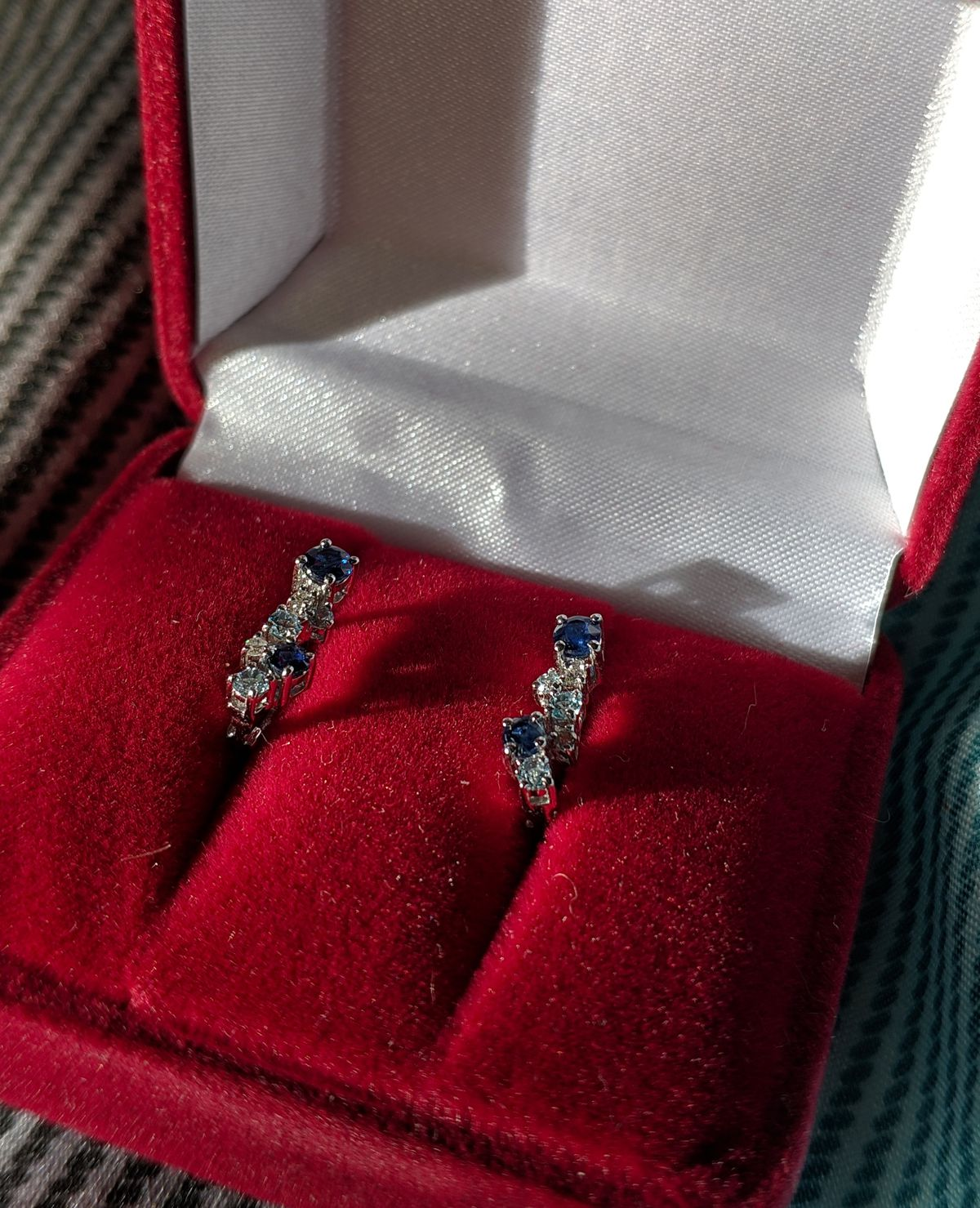 Золотые серьги с сапфирами и бриллиантами.
