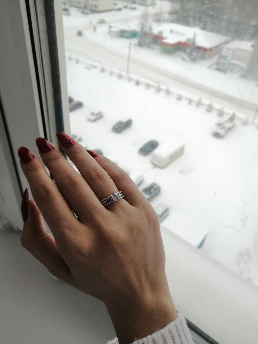 Серебряное кольцо с красивым фианитом, в ожурном ободке и мелкими фианитами