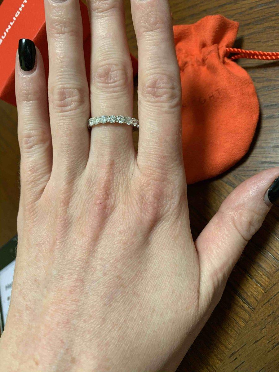Не хуже бриллианта, очень красивое исполнение! Как брил. кольцо-дорожка