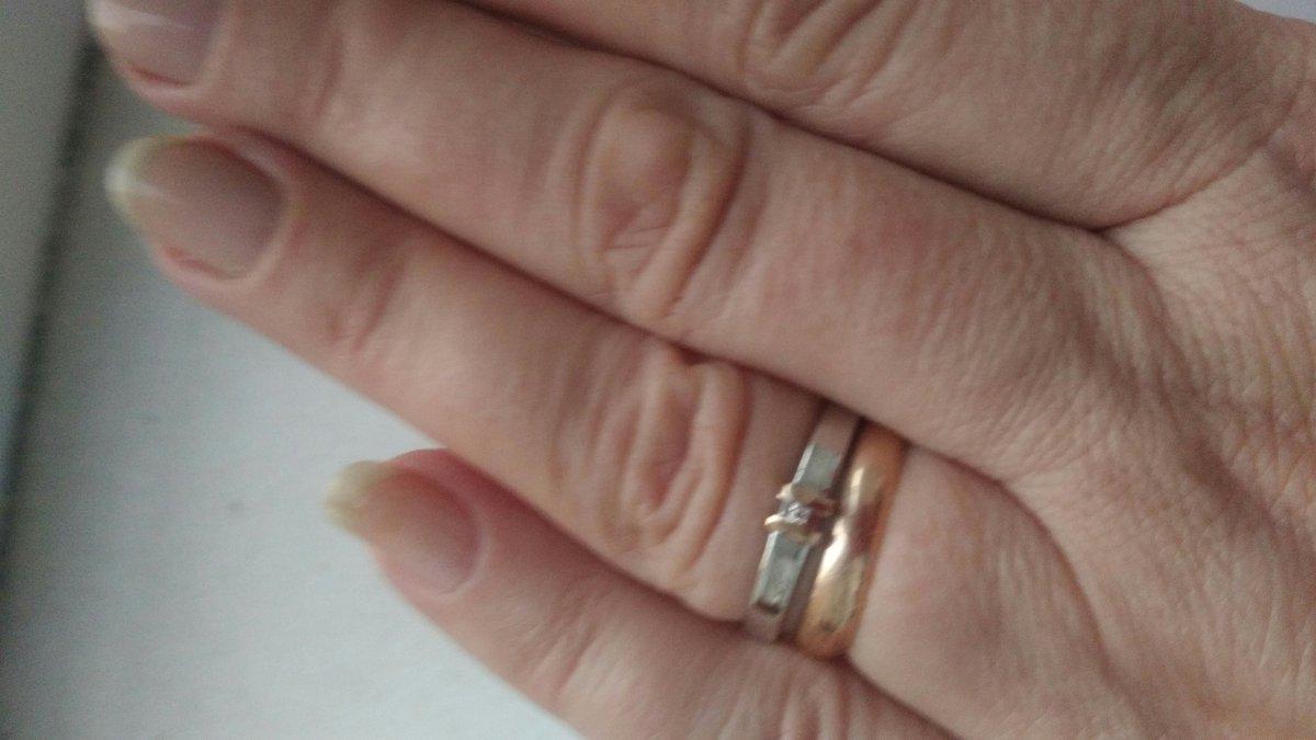 Первый раз выбрала себя серебряное кольцо с бриллиантом и вставкой из золот
