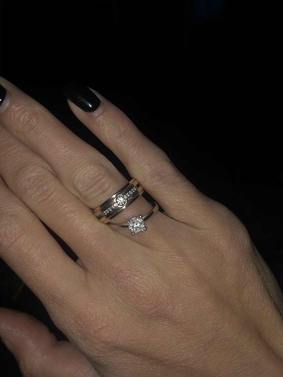 Кольцо красивое но не стоит этих денег , это желтое кольцо покрытое радием