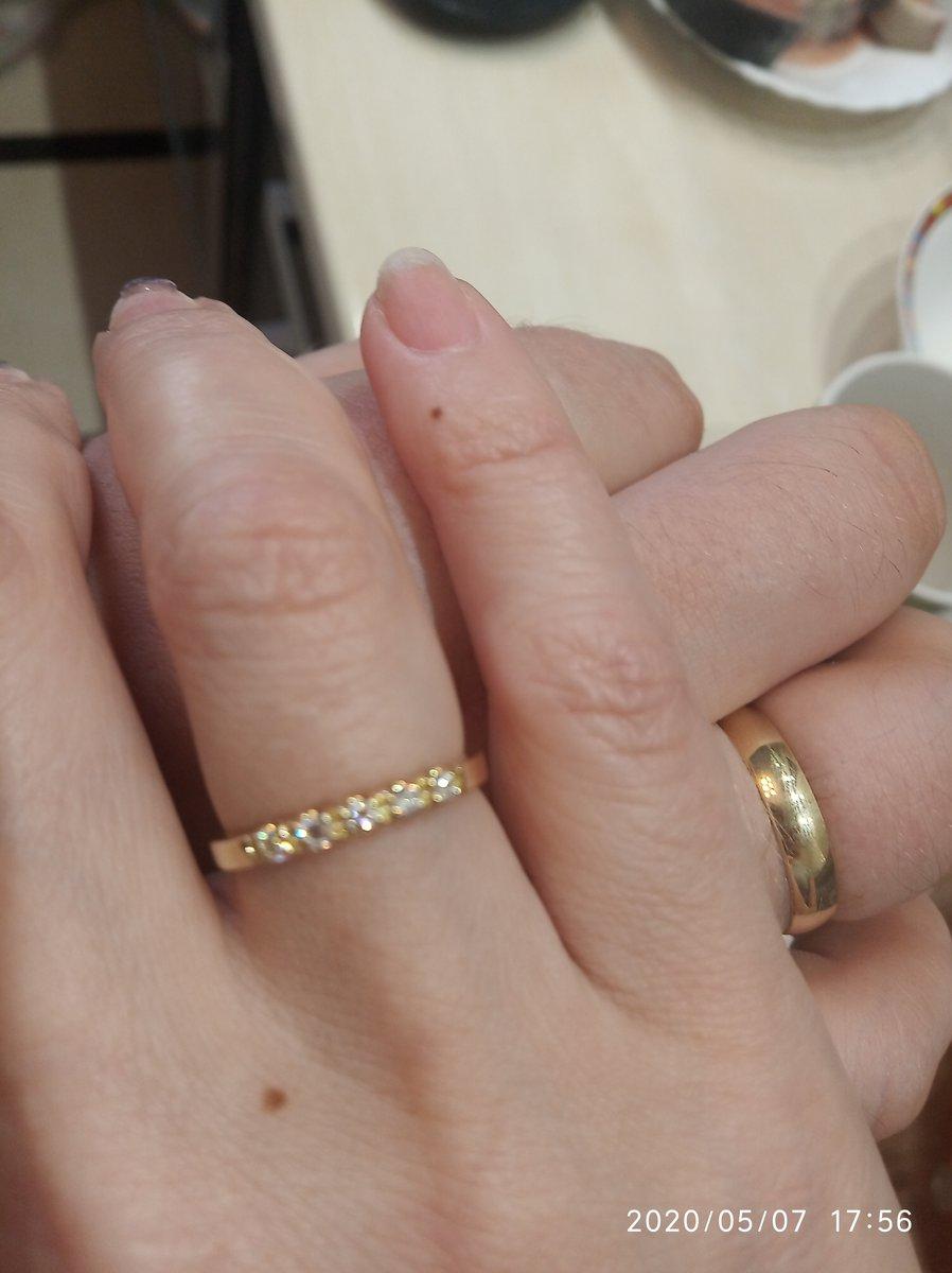 Очень красивое кольцо, камни не крошечные, их хорошо видно, 57 граней