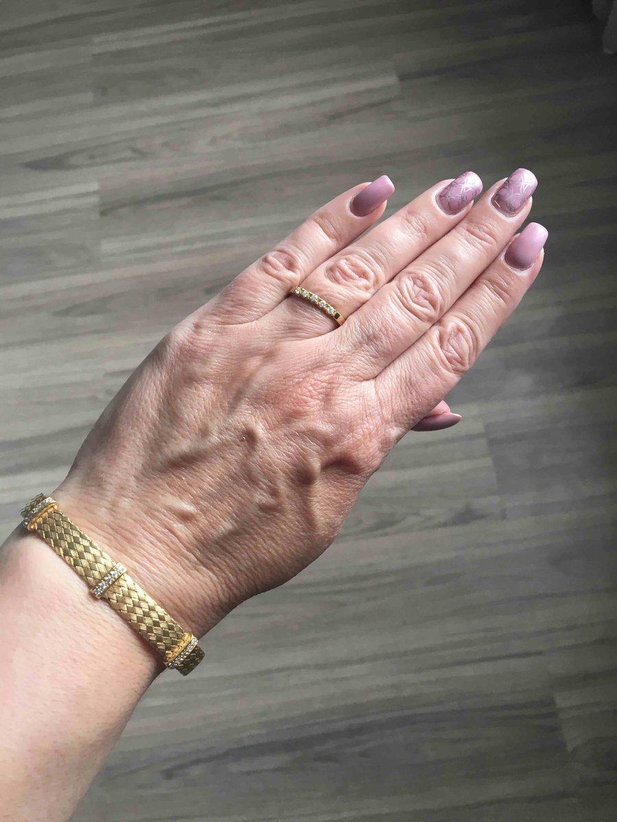 Плетеный желтый браслет