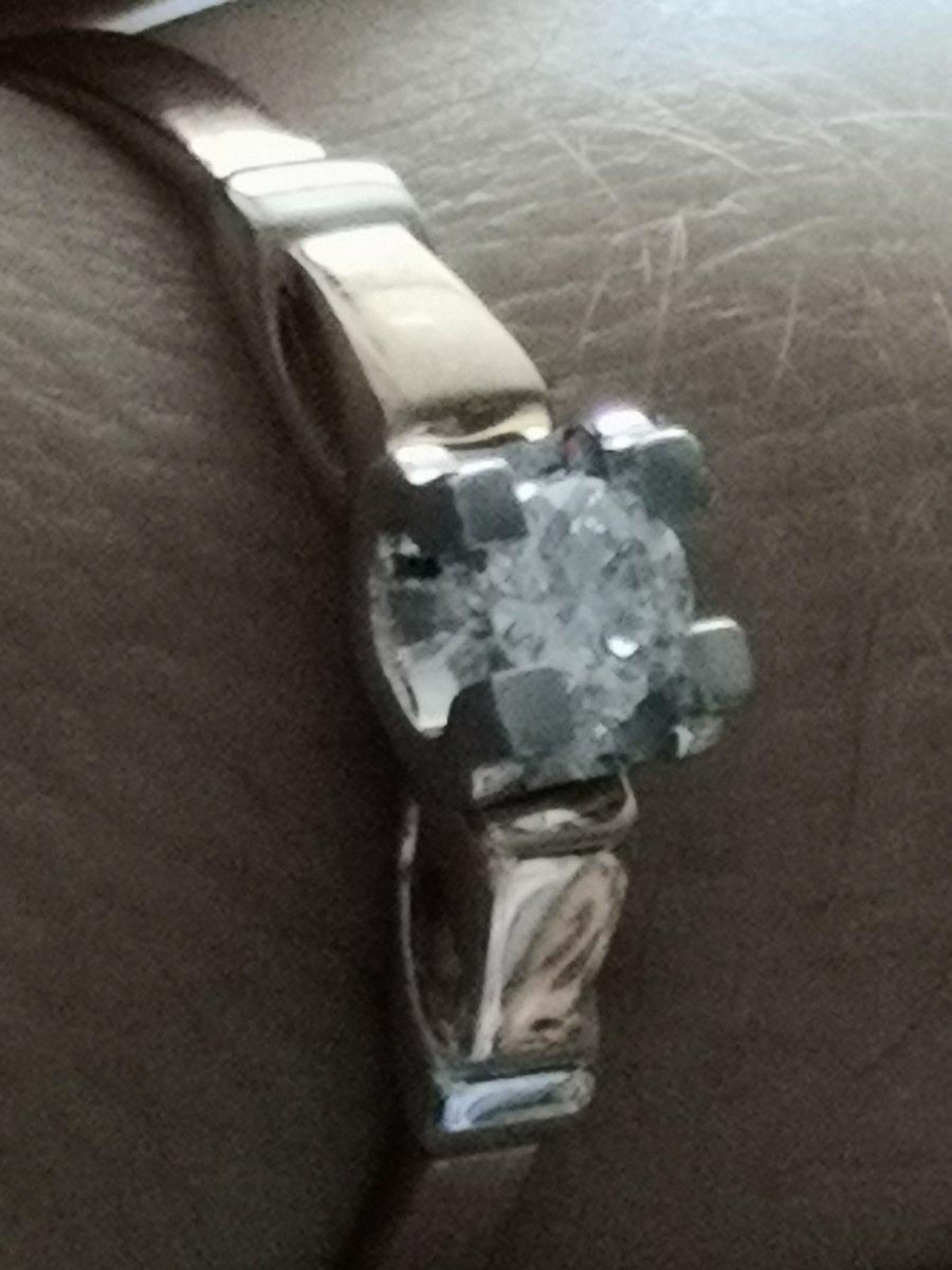 Очень красивое колечко с бриллиантом.