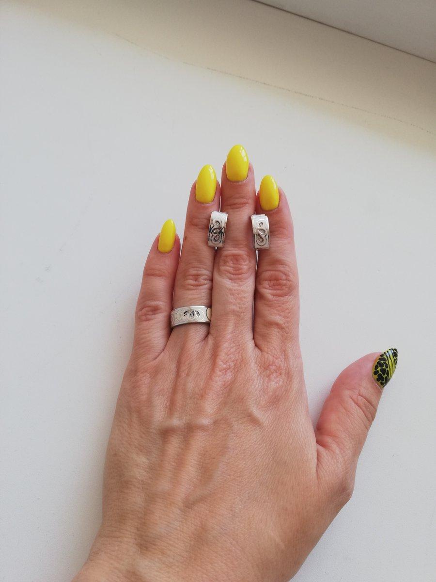 Шикарное кольцо с фианитовыми вставками.