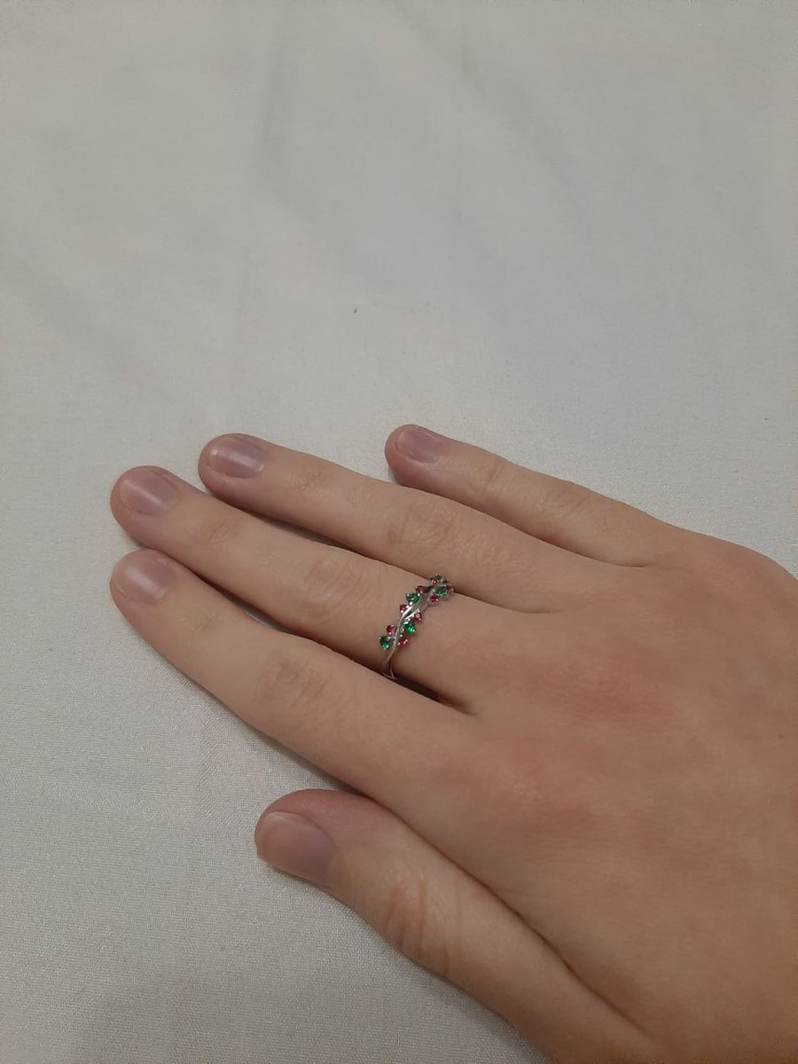 Серебряное кольцо с зелёными и красными фианитами
