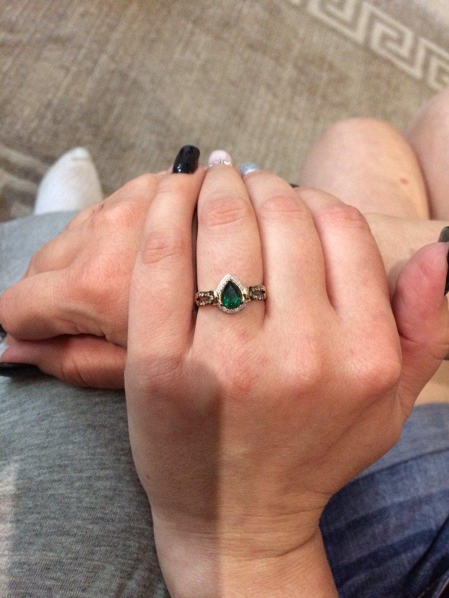 Прекрасное кольцо с изумрудом