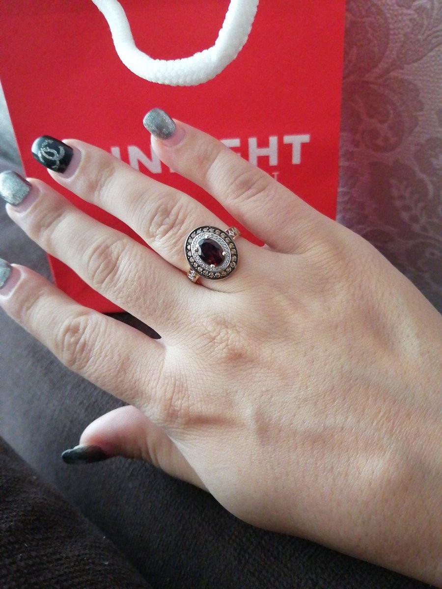 Кольцо с гранатом и фианитами.