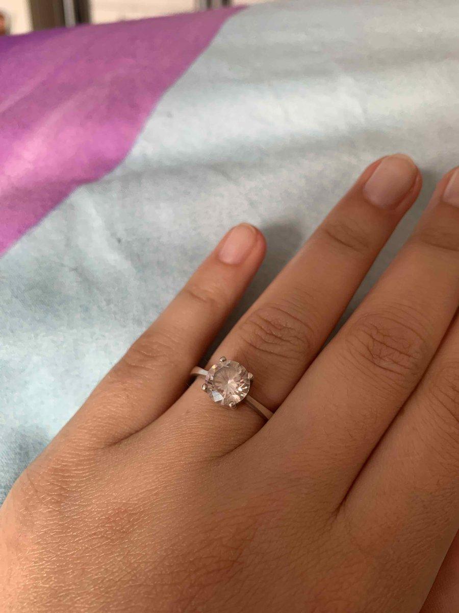Смотрится очень красиво на пальчике