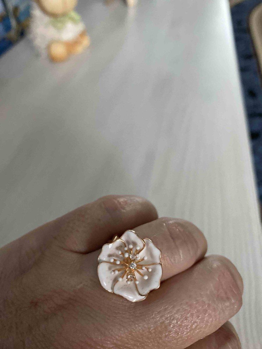 Кольцо и для девушки и для женщины.
