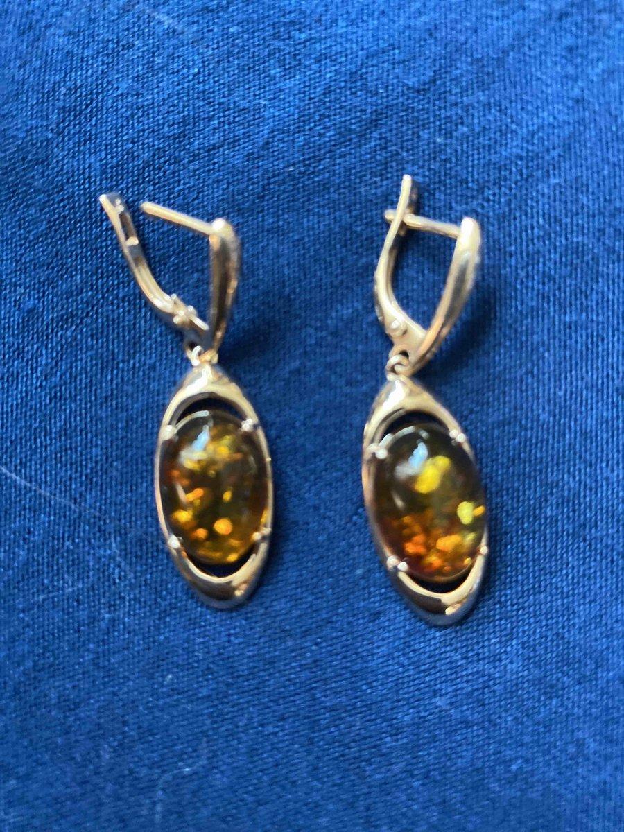 Золотые серьги с янтарем - прекрасный подарок!