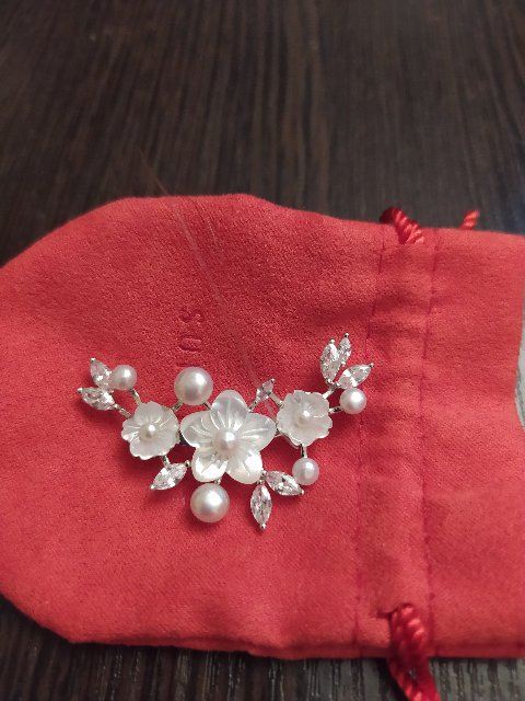 Небольшая веточка цветов из перламутра и бутонами из жемчуга, с капельками