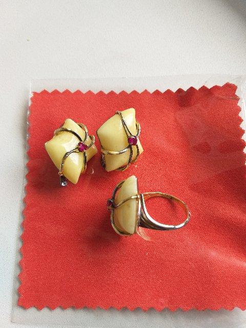 Серебряное кольцо с жёлтым янтарем и фианитами.