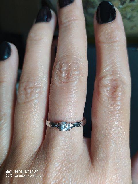 Прекрасное кольцо с бриллиантом.