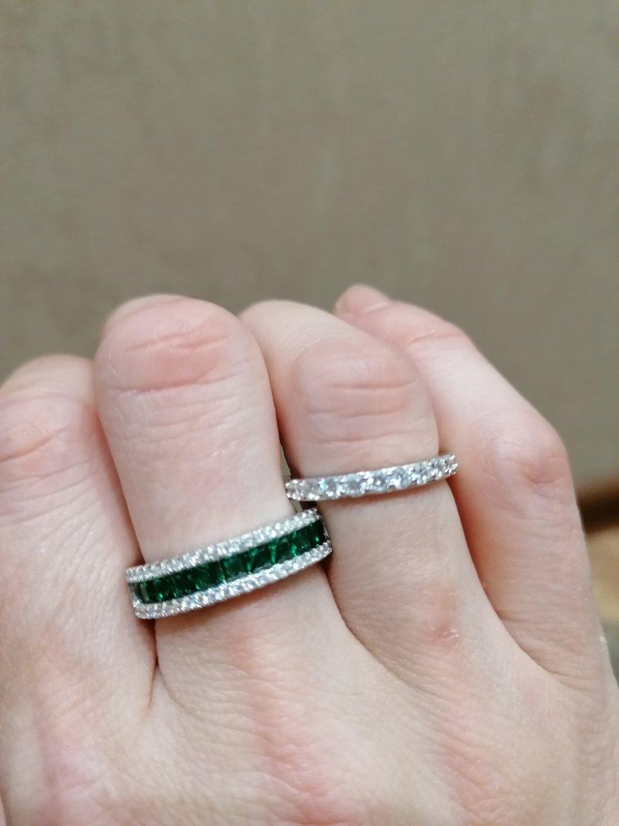 Заказала кольца, смотрятся на пальце великолепно! я довольна!