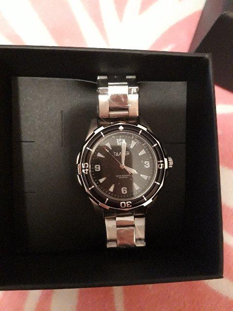 Часы классные,смотрится на руке солидно.
