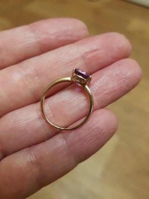 Золотое кольцо с аметистом и двумя бриллиантами