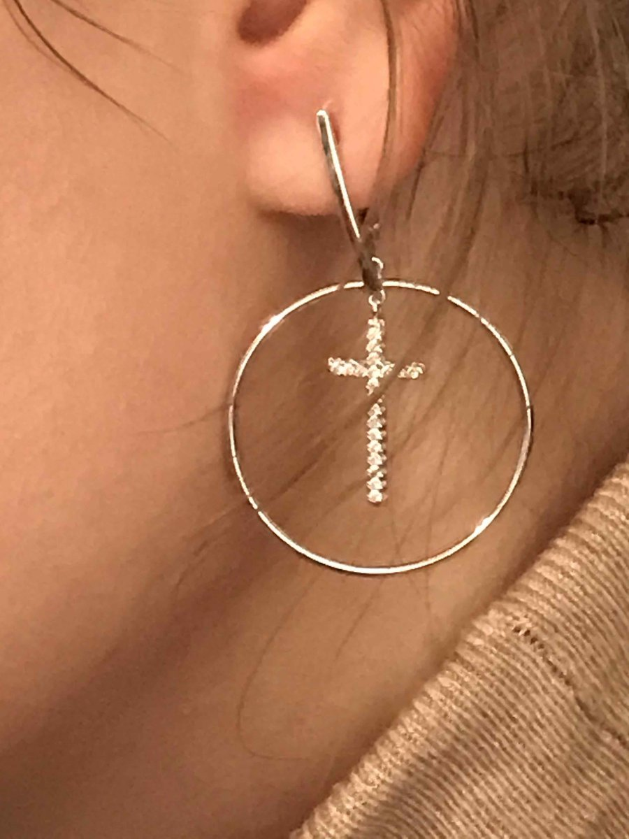 Серебряные серьги с крестиком.