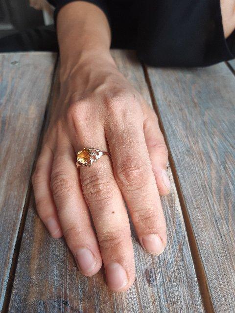 Кольцо красиво сияет
