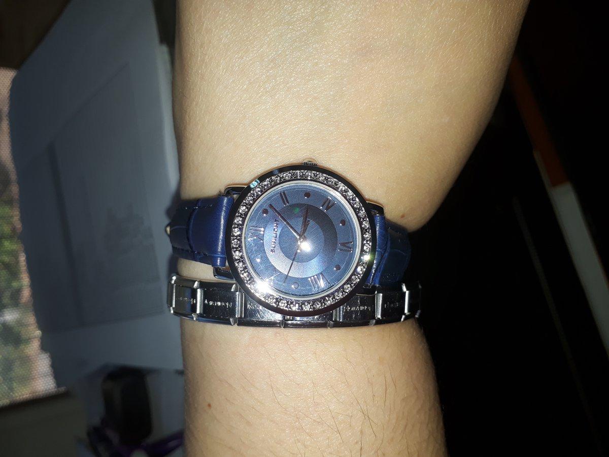 Женские часы с кристаллами на кожаном ремне.
