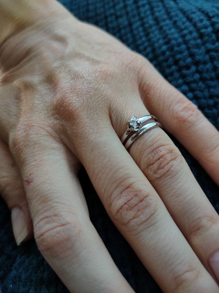 Кольцо с бриллиантом из белого золота.
