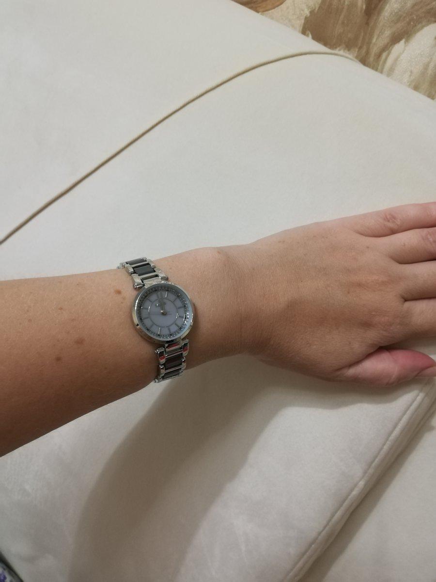 Часы из керамики среднего размера.