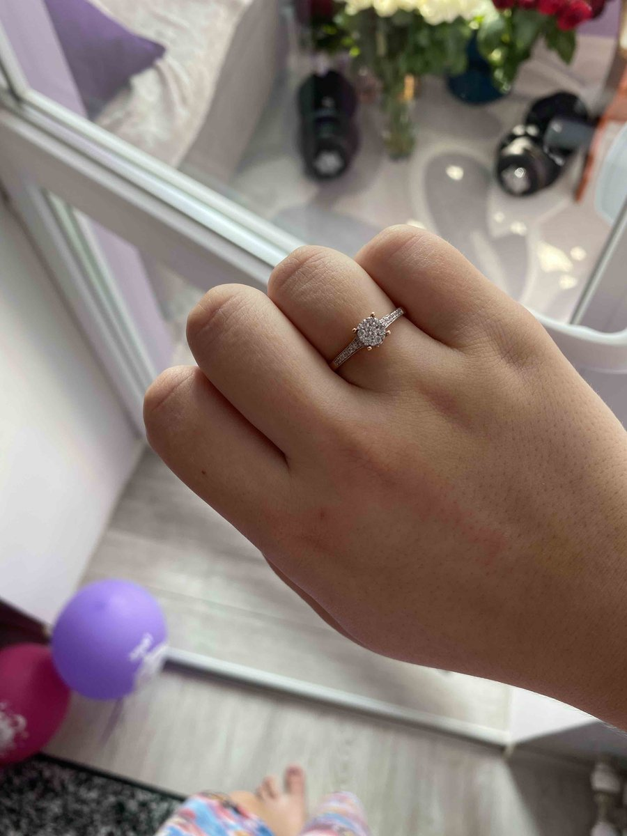 Прекрасное кольцо!!! шикарно блестит, не могу оторвать глаз, отлично!!!
