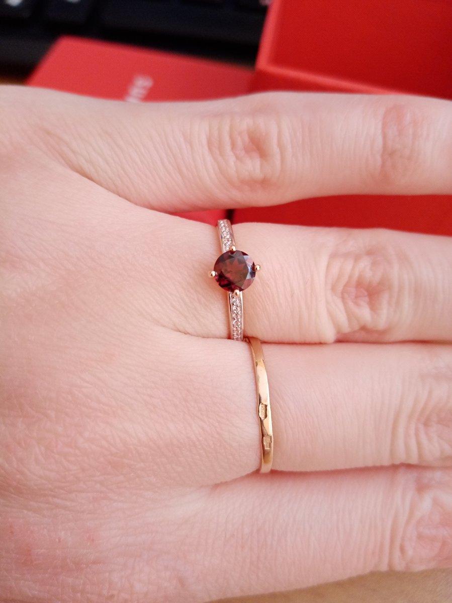 Отличное кольцо с гранатом. смотрится очень хорошо на руке.