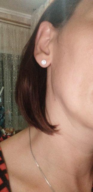 Серьги очень красиво смотрятся на ушках.