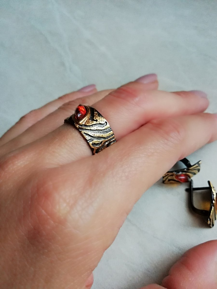Серебрянное кольцо с янтарем.