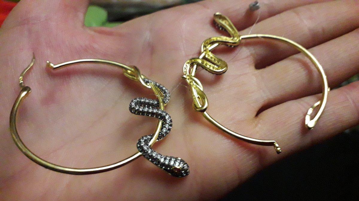 Оригинальные сережки- большие  кольца со змейкой.