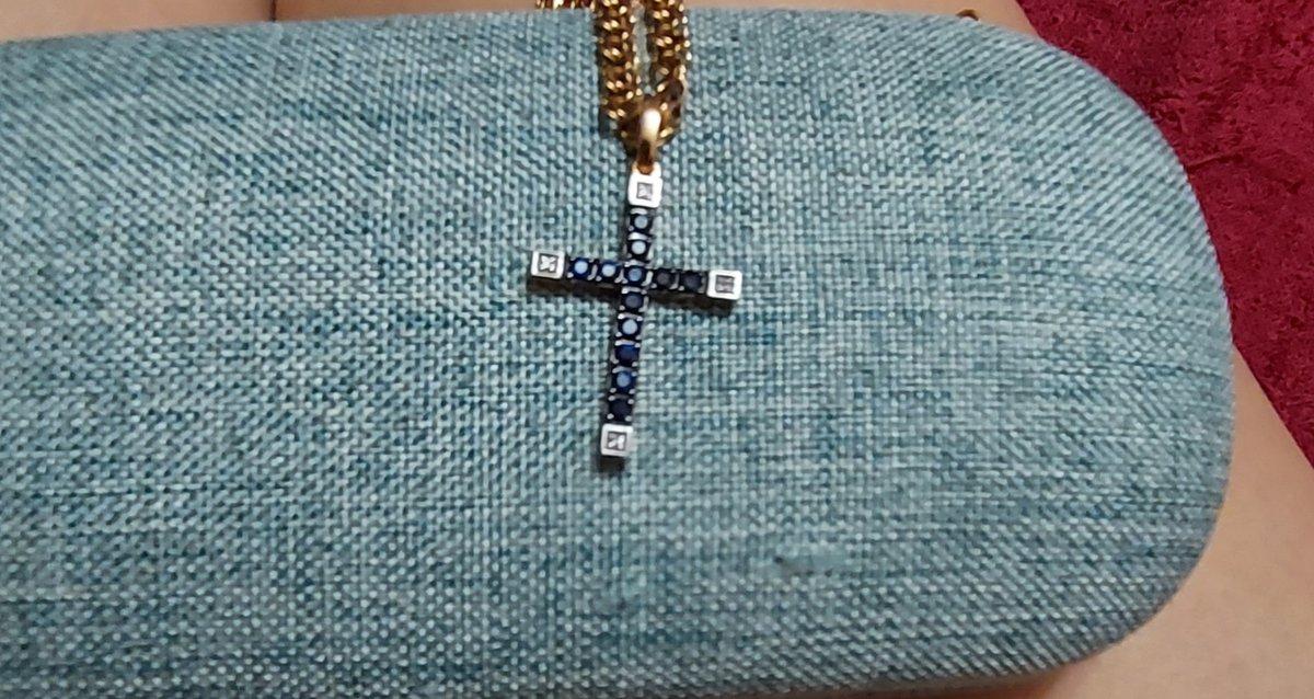 Крестик с сапфирами и бриллиантами.