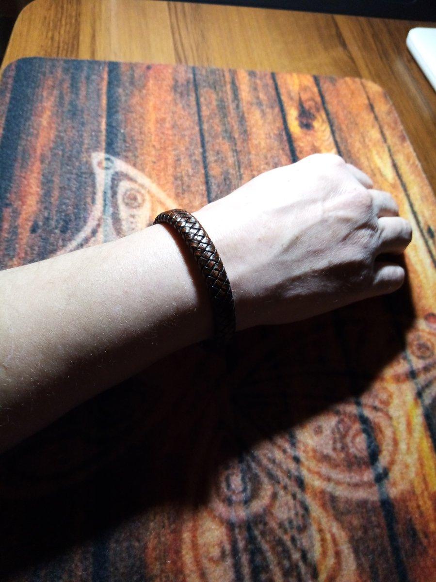 Мужской кожаный браслет.