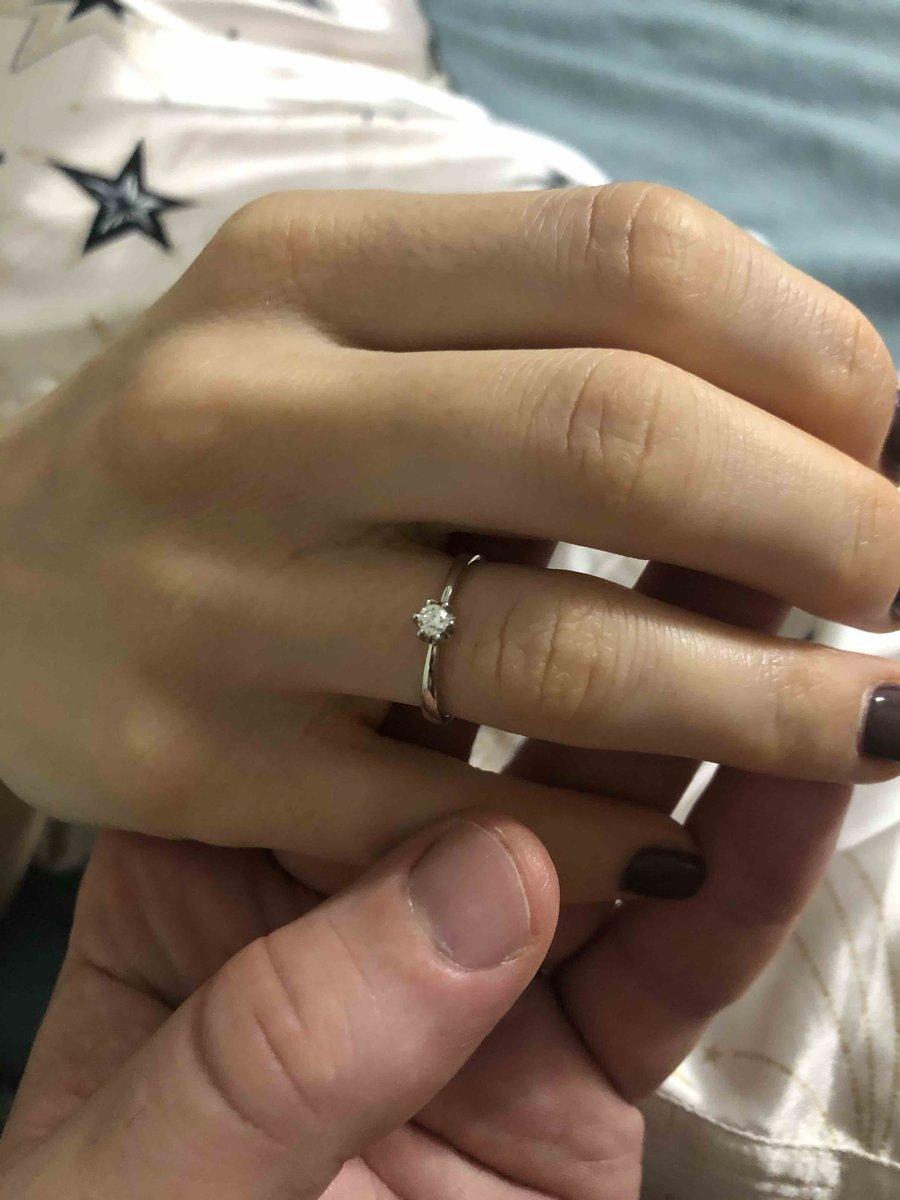 Красивое кольцо , бриллиант блестит очень красиво , на пальце сидит хорошо