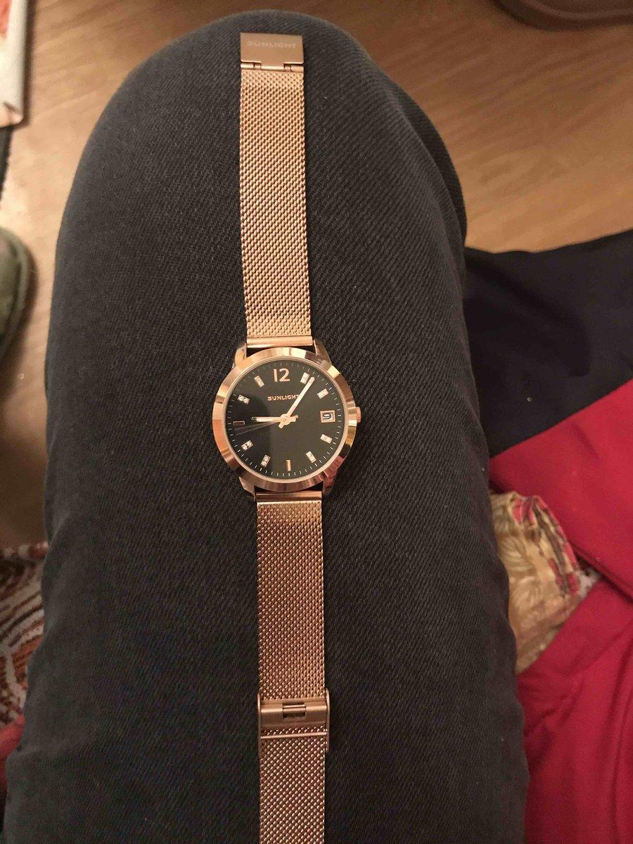 Красивые часы, аккуратно смотрятся на руке. мне очень понравились)